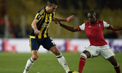 Braga's Willy Boly (R) heads the ball next to Fenerbahce's Robin Van Persie (L) during the UEFA Europa League round of 16 football match between Fenerbahce and Braga on March 10, 2016 Fenerbahce Ulker Sukru Saracoglu stadium in Istanbul. / AFP / OZAN KOSE        (Photo credit should read OZAN KOSE/AFP/Getty Images)
